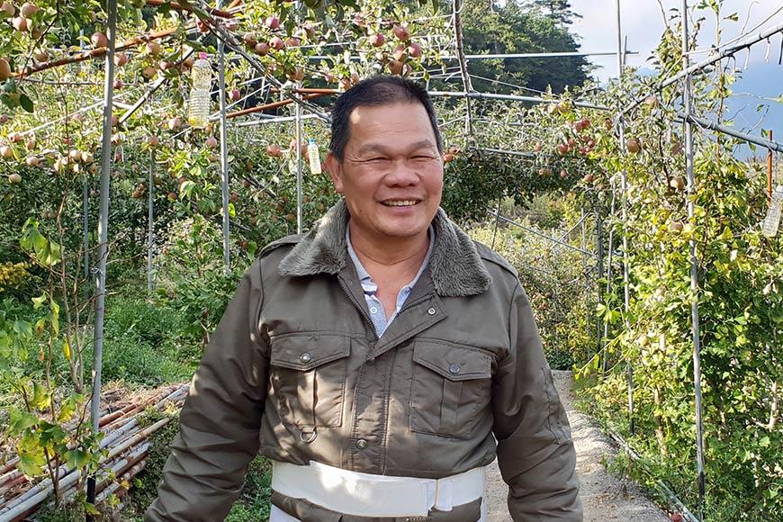 農友劉春長在南投大禹嶺的果園栽種高山水果
