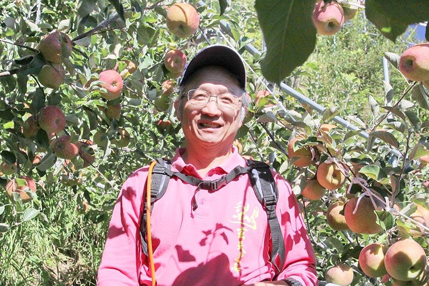 農友喻嘉璧在台中福壽山的果園栽種高山水果