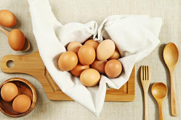 主婦聯盟合作社雞蛋特色 支持人道飼養 飼料減少添加物 非基改飼料 (部分蛋雞畜牧場使用) 不使用塑膠盒,使用紙漿製成的包裝盒,環保又永續。