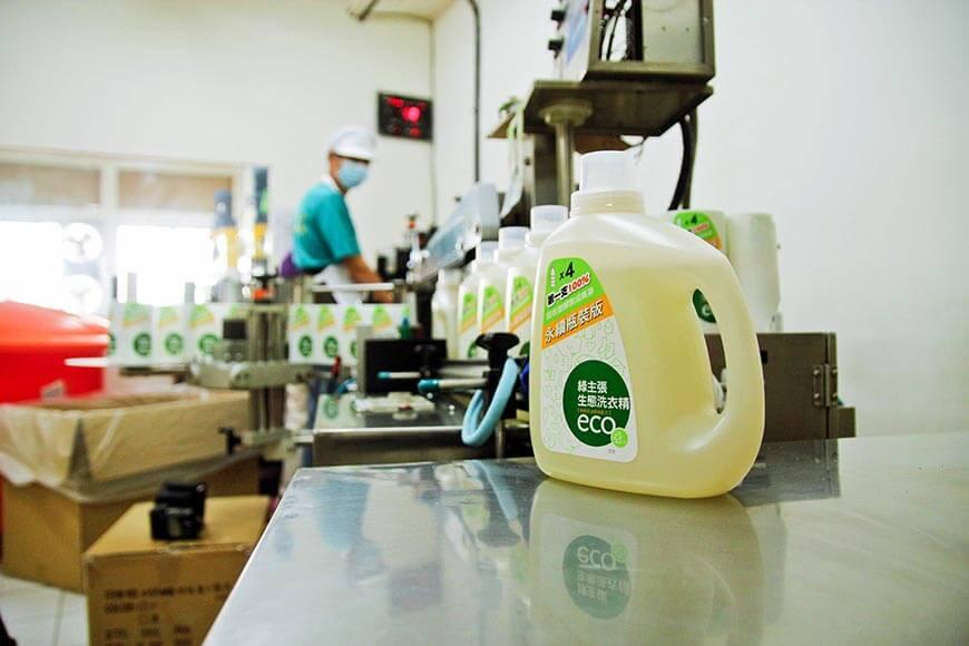 牛奶瓶變成洗衣精瓶 生活必需品的循環經濟。GS-LINE綠種籽團隊:擔任諮詢、共同發想,與前期執行設備購置、回收清運、粉碎塑膠等工作,以及2019年第一階段回收實驗的統計分析;  塑膠工業技術發展中心:提供技術輔導、將回收塑膠片加工製成塑膠粒及物性檢測;  集泉塑膠工業,以本社提供之小量再生原料,生產100%回收塑膠瓶;  綠宣生技公司:負責永續瓶裝生態洗衣精填充等工作,製成成品後運送至本社。  本社第一支、得來不易的100%回收塑膠容器-永續瓶身的綠主張生態洗衣精,終於誕生。