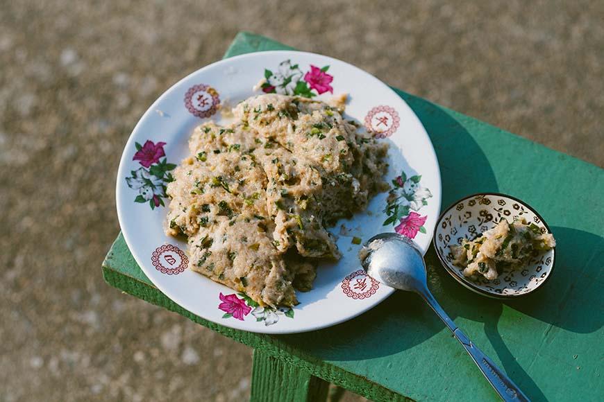 農家私房菜:土豆餅 將花生與白米研磨後,加入韭菜或蔥花入鍋煎香,有著美好的惜食滋味。  材料  花生仁200 公克、白米100 公克、韭菜或蔥花適量、水500 毫升、鹽適量 作法  將花生清洗後浸泡一晚,白米洗淨泡水30 分鐘,韭菜或蔥切細末備用。 將浸泡後的花生與白米放入調理機打成漿,加入韭菜或蔥末,依個人喜好加鹽。 起油鍋,將作法2以湯匙取適量置入鍋中,以中小火將雙面煎至表面酥脆即可。