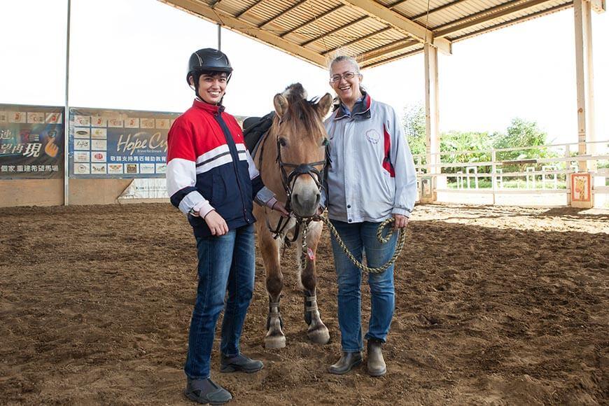 林嫵恬每週六會帶著女兒安安來到位於桃園新屋的希望馬場騎馬。