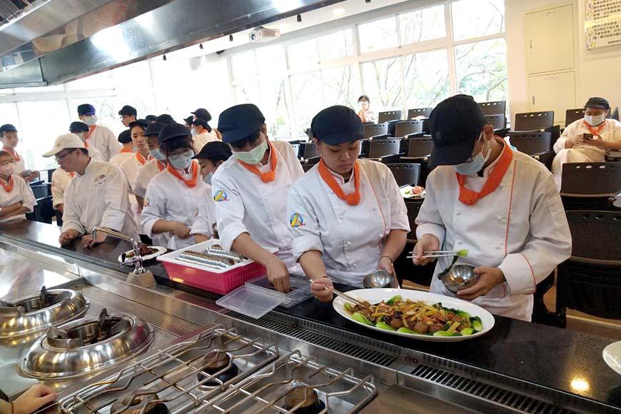 明日惜食主廚養成計畫的廚藝示範課,由具環境教育推廣經驗的師傅分享如何製作零廚餘料理。