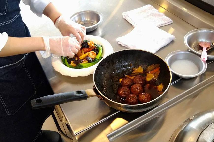 莊文豪師傅示範的「富貴團圓」是台灣傳統辦桌菜,根據習俗,辦桌的廚餘需由師傅負責清運,故師傅會盡可能全食物利用,以降低成本。這道料理廚餘僅剩筍殼及蛋殼。