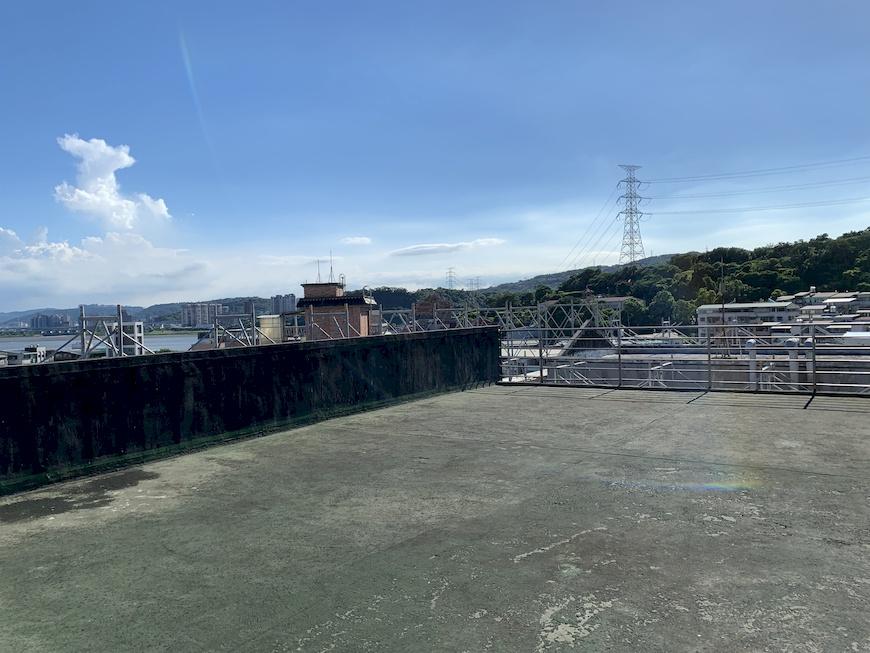 面向淡水河的關渡國中屋頂,即將成為台灣第一座由公民團體經營,肩負教育及在地參與價值的公民電廠。 北市府公民電廠。公民電廠。太陽光電。干豆好。能源轉型。在地參與
