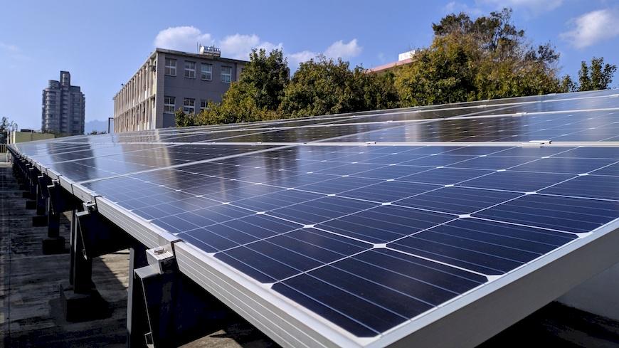 太陽能電廠不僅促進電力的地產地消,減少電力輸送的耗損,更幫建物降溫,減少對冷氣的需求。(此圖非關渡國中) 北市府公民電廠。公民電廠。太陽光電。干豆好。能源轉型。在地參與