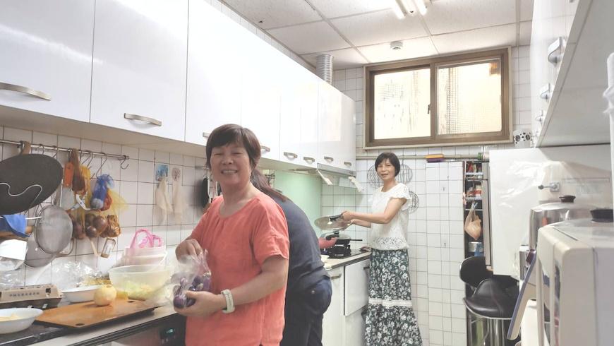 北南分社社員在許君能為容納多人共煮重新規畫的廚房空間一起做料理。共煮。共食。主婦聯盟合作社。北南分社。