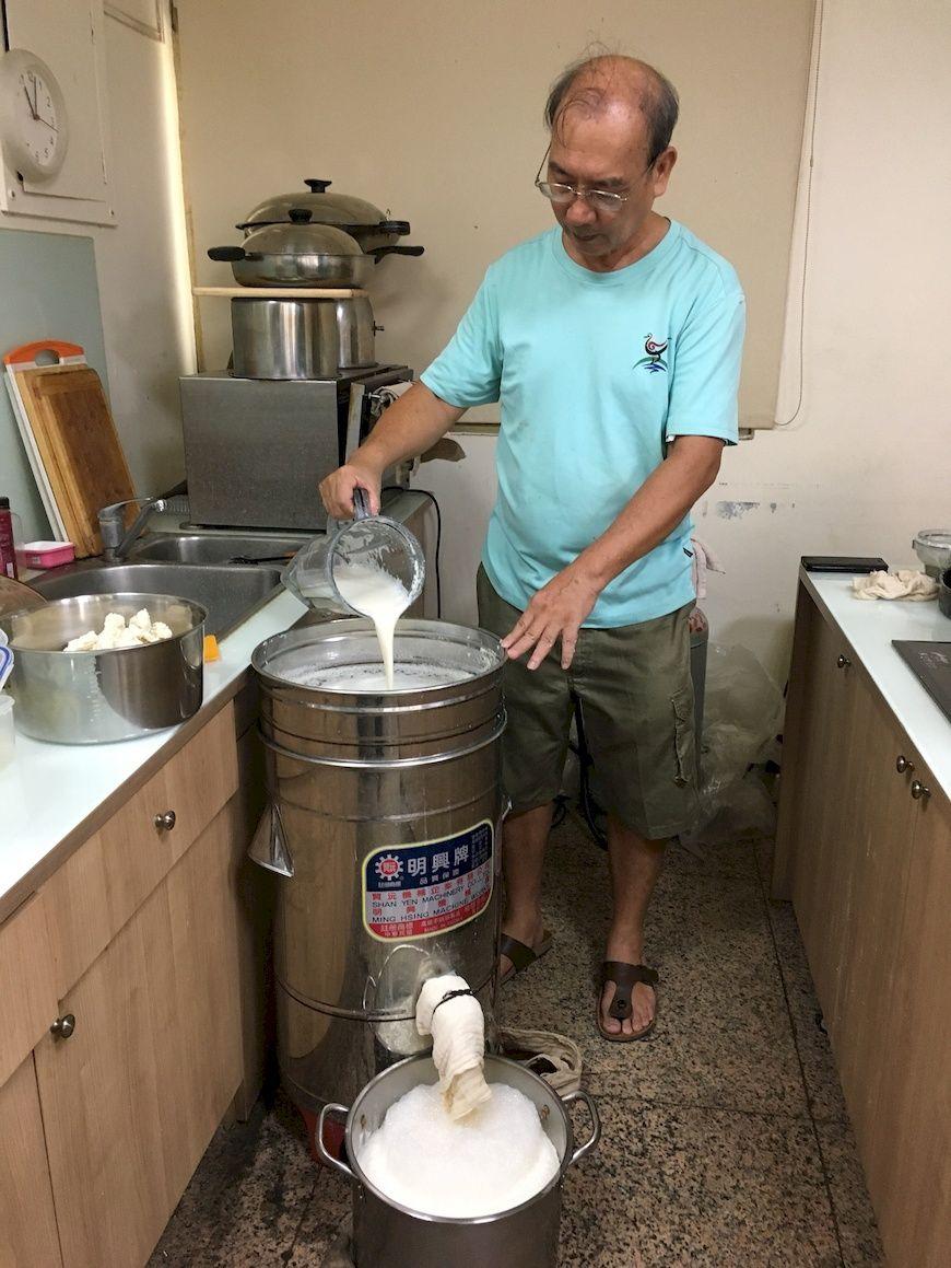 河堤站每週共煮豆漿,泡軟的黃豆需經過2次加水、脫渣等程序,製成豆漿。(攝影/洪幸榆)共煮。共食。主婦聯盟合作社。減塑。河堤站。