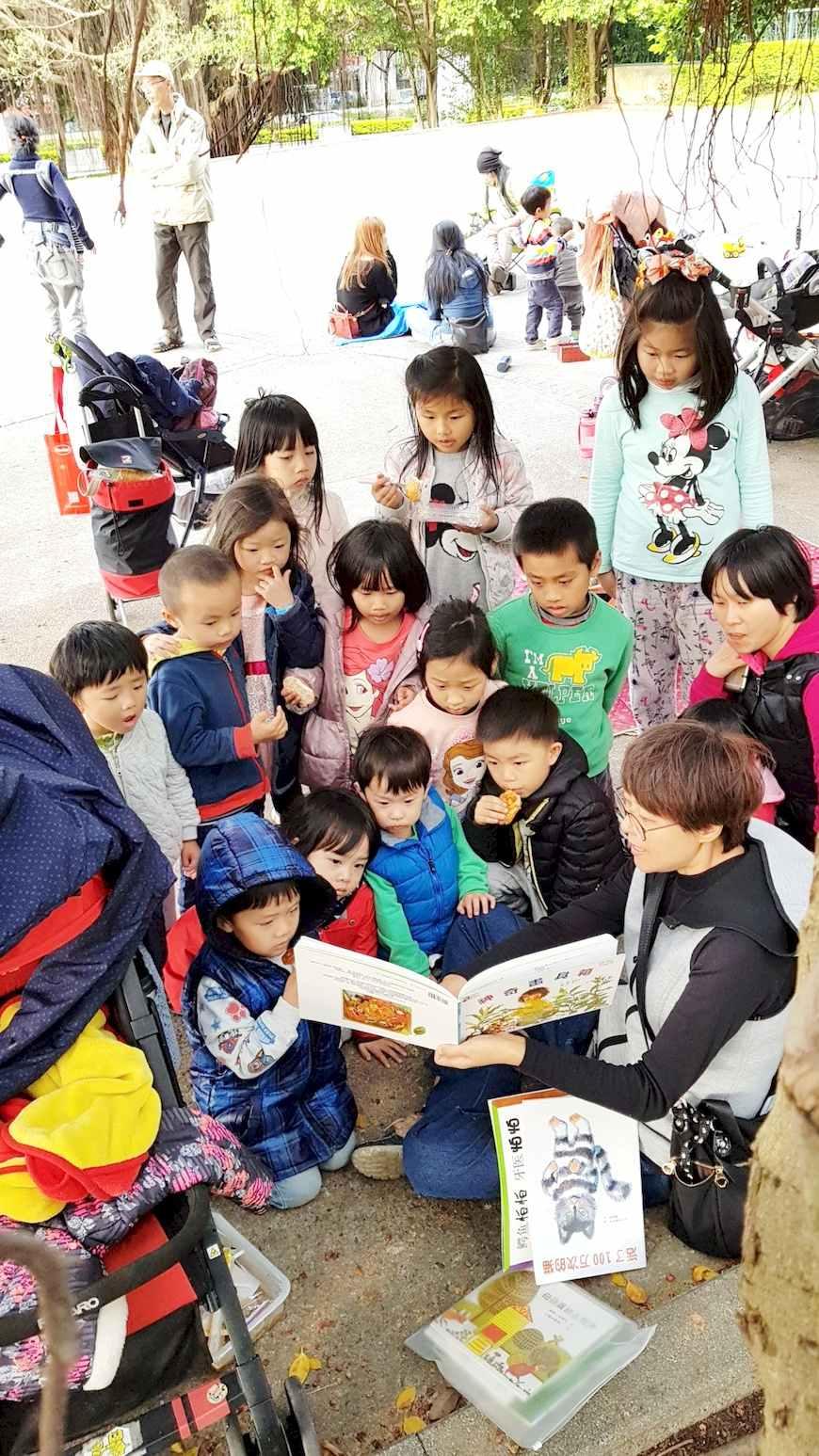 開放空間的共學,只要有媽媽爸爸拿起書說故事,就會有孩子靠過來專心聽。(照片提供/顏郁玫)。共學團體。綠繪本。育兒。共學。