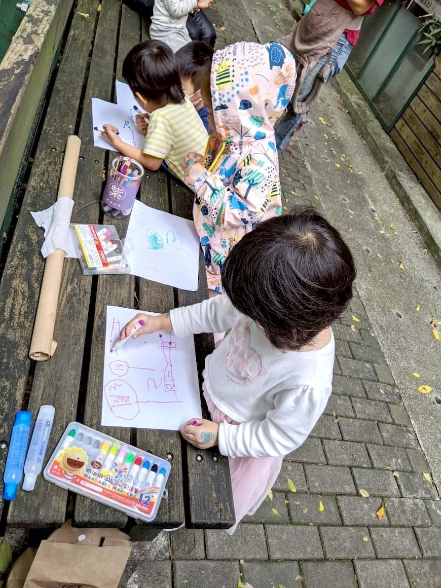 共學的小朋友用塗鴉表達共學最喜歡的內容、最有印象的事。(照片提供/陳佑瑄)共學團體。綠繪本。育兒。共學。