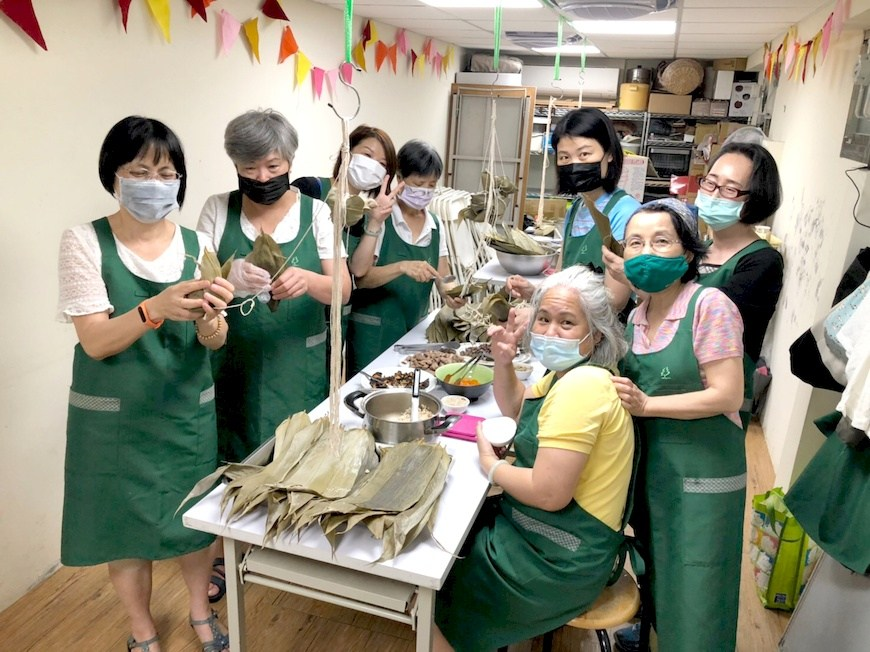 信義區會委員在共作開始前完成場佈任務,圖為粽子共作課。主婦聯盟信義區會。惜食共作。綠食育。青梅共作。