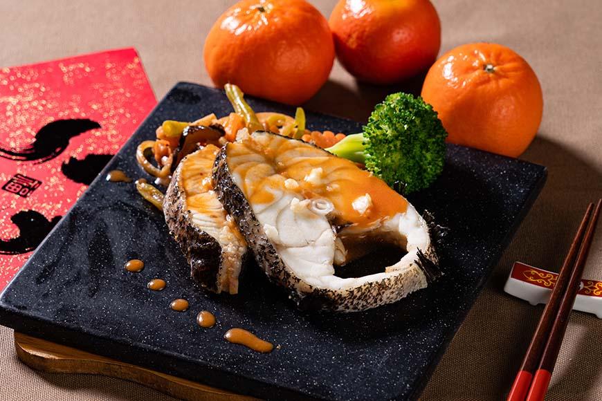 五柳石斑魚 烹調時間30 分鐘  林玉霞說明,這是一道可以靈活運用各種食材的料理,柳即是「細絲」的意思,閩南語稱「五柳枝」;可以用冰箱中現有的食材切絲,湊成五柳,重點是顏色的搭配,並巧妙運用蔥段(絲)或洋蔥絲拌炒增加香氣。為了符合家庭料理安全、健康的需求,林玉霞將傳統以油炸魚的方式改為「蒸」魚,這樣不僅減少油煙,也可以免去處理剩油的煩惱,提高家常料理的意願。至於使用的魚種,平常可以用一般魚,過年時再改用石斑魚營造豐盛感;人少的時候,切片魚肉就夠吃,還可以縮短烹調時間,人多的時候再用整隻魚即可。