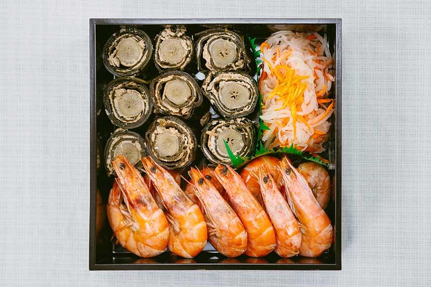 日本新年年菜使用漆器餐盒盛裝,將各式年菜一一放入,代表著層層疊疊的祝福,華麗而高雅。