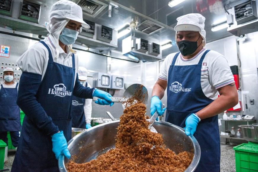 炒油蔥的過程中,檢查紅蔥頭的粗細度,並看看是否有沒有炒散的節塊。