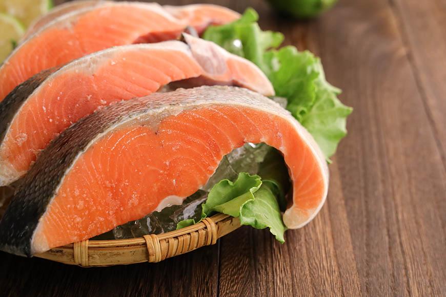 人體健康與脂肪酸Omega攝取量有關 脂肪酸Omega-3攝取不足,對身體造成的影響 哪些食材能吃到脂肪酸Omega-3? 靠吃魚油攝取脂肪酸Omega-3有副作用? 哪種人不適合靠著吃魚油攝取脂肪酸Omega-3? 醫學上指出,當人體吃了含有Omega脂肪酸的食物,並且正確補充所需的Omega脂肪酸3、6、9,就能有效降低罹患癌症、肥胖、糖尿病、心血管疾病與免疫系統等慢性疾病的風險。  想讓身體保持在健康狀態,多方營養攝取充足才是解決之道,其中最常被討論的Omega脂肪酸,除了選擇透過深海魚油這類型的保健食品攝取,主婦聯盟合作社認為有另一種更有益的方式:多吃各種原型食物。