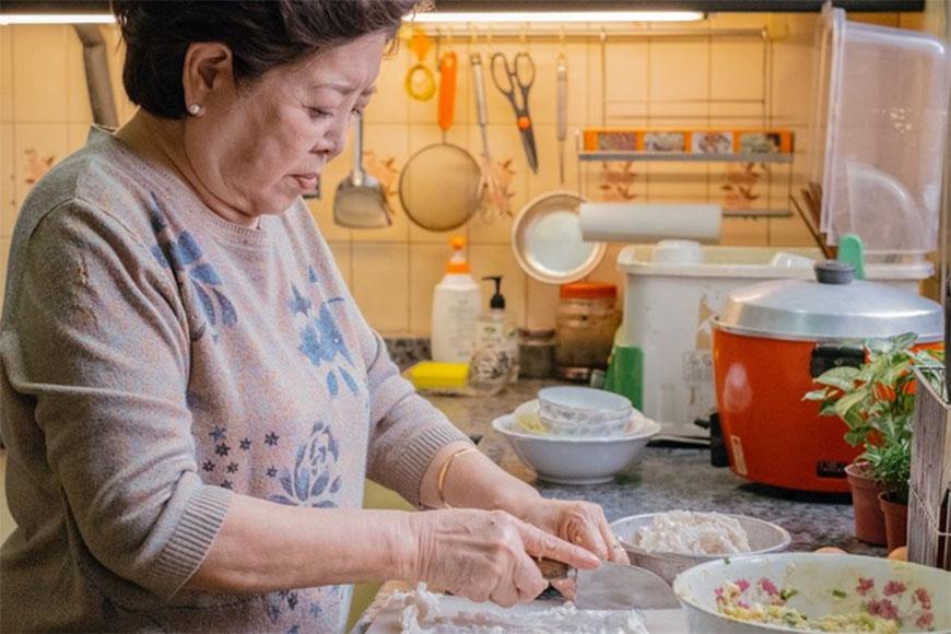 混合新鮮火燒蝦、花枝漿等內餡攪拌均勻再包上豬網紗後,沾上蛋液及地瓜粉油炸,使外皮金黃酥脆,一口咬下滿口蝦仁的香味,再沾上醬油膏或微嗆的芥末醬,不僅口感超讚,更充滿了滿滿的台南海洋香氣與傳統媽媽味!  《孤味》裡的秀英阿嬤就是靠著這一味,獨身拉拔女兒們長大成人,從無名的小小路邊攤收服台南人的味蕾,成為台南知名餐廳經營者。