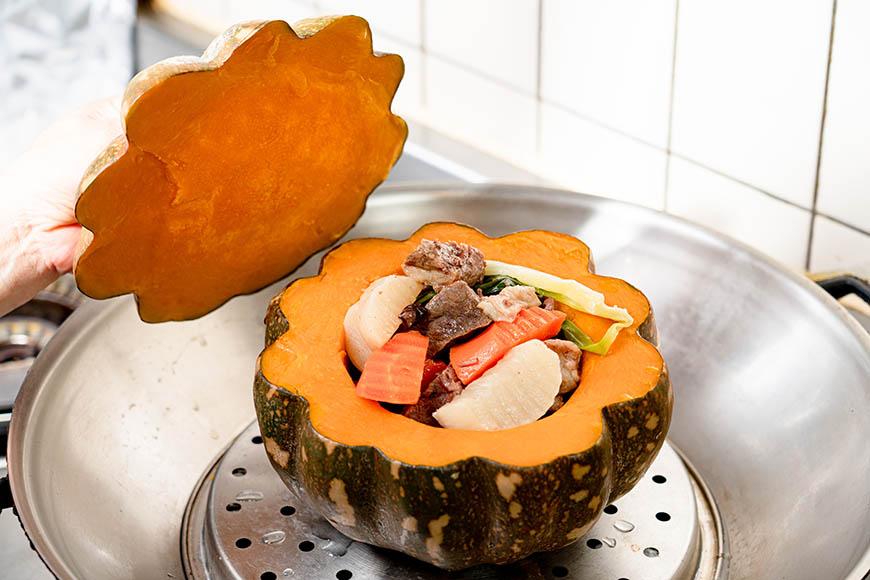 清燉牛腩南瓜盅,盛好的南瓜盅可再入鍋蒸5 分鐘,讓所有食材味道更融合。