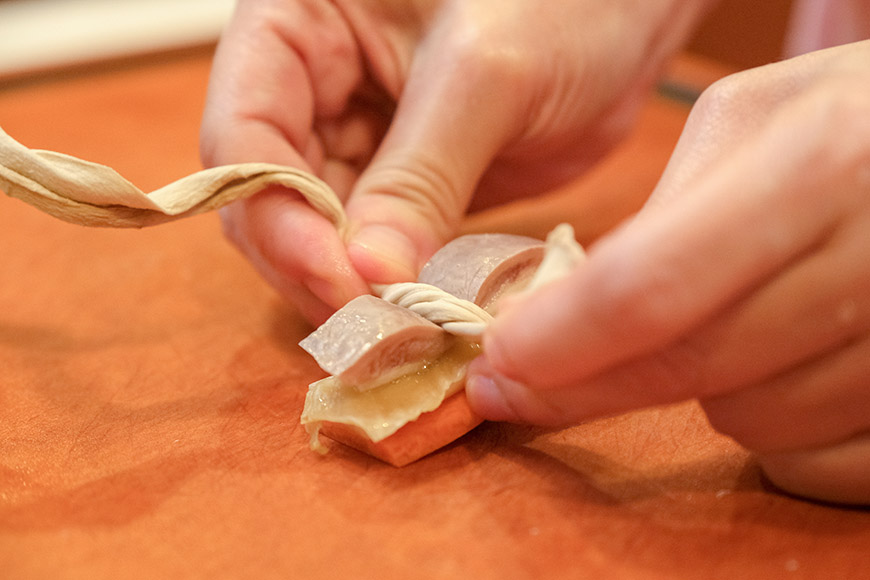 紅蘿蔔、冬筍、甘菜切成與豬肚約相同大小薄片,較容易綁成豬肚結,成品也較美觀。豬腸水煮後會縮,剪的長度可較豬肚略長。