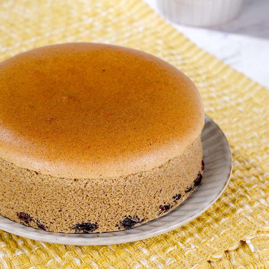 點心蛋糕 「美味單純」是我們在追求飲食上的目標,減糖、減鹽、少油,捨棄不必要的添加物;我們與生產者從源頭開始尋找好食材,用心製作,即使過程很費工,也想努力呈現出讓大家可以放心享受的好滋味。黑豆蛋糕|390元|400公克(6吋)|看天田  蛋糕界的養生點心  使用看天田農場的有機糙米、青仁黑豆磨製成粉,完全不使用麵粉,佐以Q軟的蜜漬黑豆點綴其中,淡雅清甜、口感綿密,喜愛黑豆這一味的你不可錯過。(本品為無麩質蛋糕)  *蜂蜜糙米蛋糕、黑豆桂圓布朗尼、黑豆蛋糕3款預購數量加總限量2800個。
