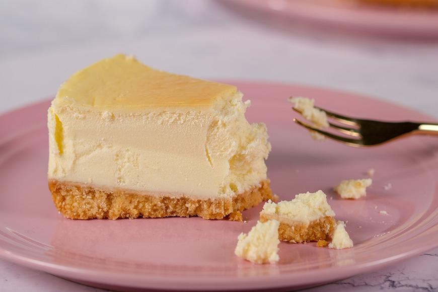 點心蛋糕 「美味單純」是我們在追求飲食上的目標,減糖、減鹽、少油,捨棄不必要的添加物;我們與生產者從源頭開始尋找好食材,用心製作,即使過程很費工,也想努力呈現出讓大家可以放心享受的好滋味。原味起司蛋糕300元|500公克(6吋)|瑪諾蘭迦工作室  重乳酪愛好者首選  使用來自澳洲頂級的TATURA奶油乳酪製作,特別加入天然檸檬精油,淡淡檸檬香氣,吃起來滑順不膩口,配上帶有奶香味的鹹香餅乾底,真是一大享受。