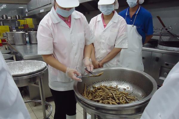 廚工正在檢視食材熟度-600