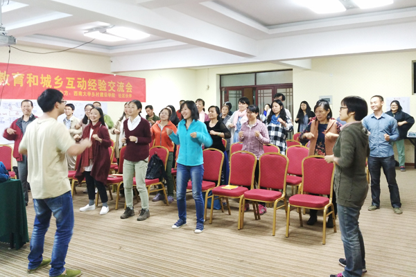 04-社区伙伴工作人员胡小平在带领大家进行课间锻炼-600x400