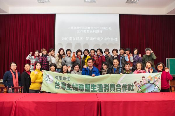 胡瑞原老師與社員們留影紀念-600x400